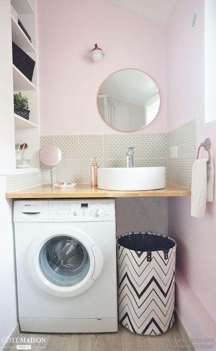 Une salle d'eau rose et une mini cuisine grise