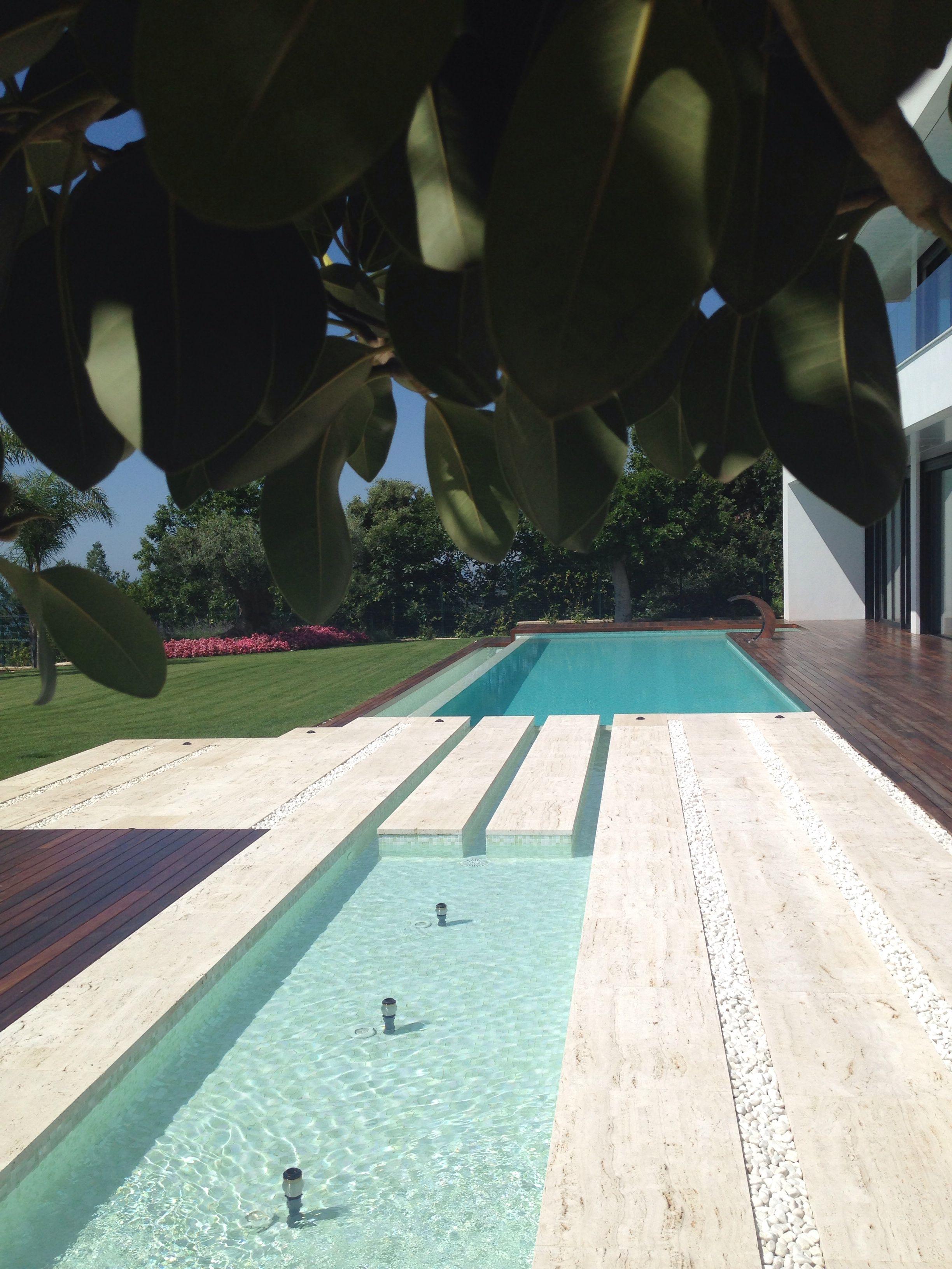 Piscina y fuente en llavaneras barcelona jardin dise ado for Diseno de fuente de jardin al aire libre