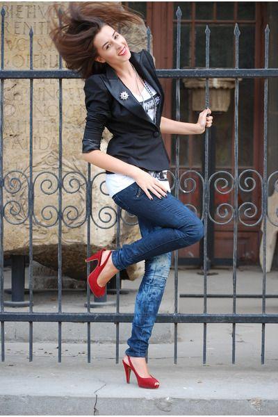 red-shoes-navy-jeans-black-shape-sholder-jacket-