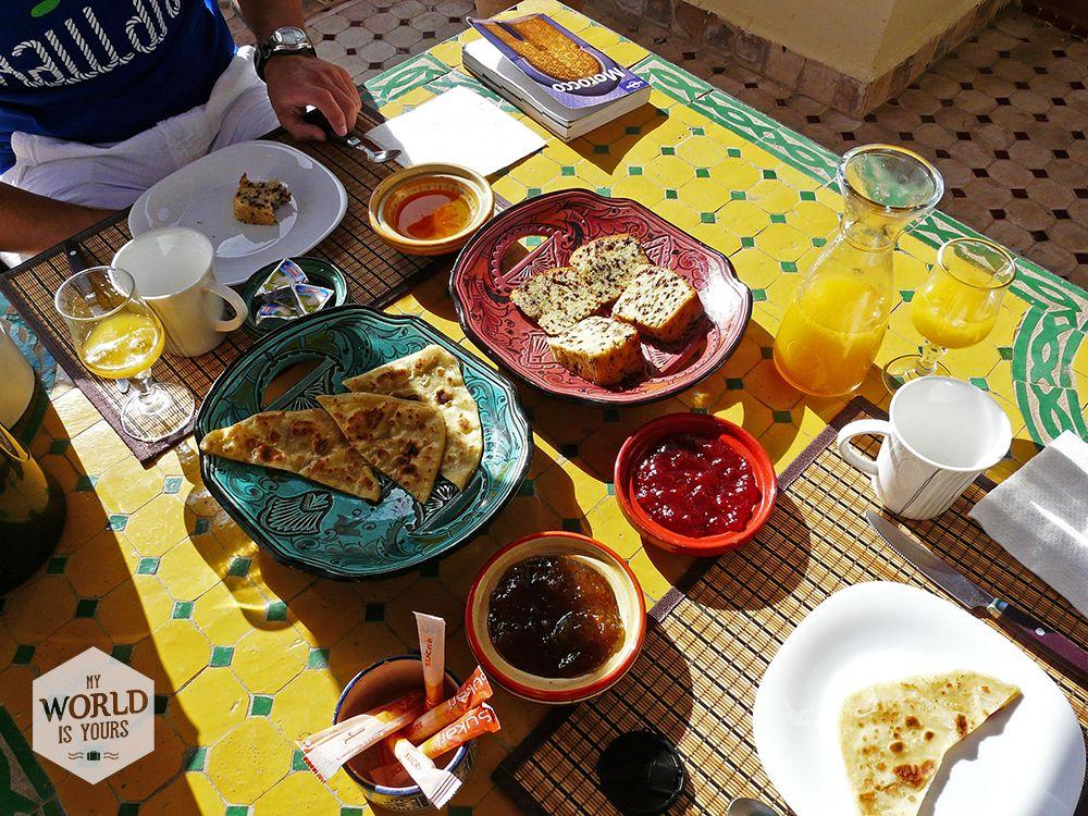 De mozaïektafel op het dakterras van Riad Maison Belbaraka waar we elke ochtend heerlijk ontbijt geserveerd kregen met verse jus d'orange. #mosaic #marokko #morocco #marrakech #ontbijt #breakfast #mozaiek #orangejuice #riad #belbaraka