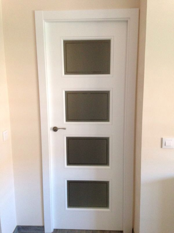 Puertas lacadas en blanco 9400r v4 cristal mate con cenefa puertas lacadas en blanco pinterest - Puertas en blanco ...
