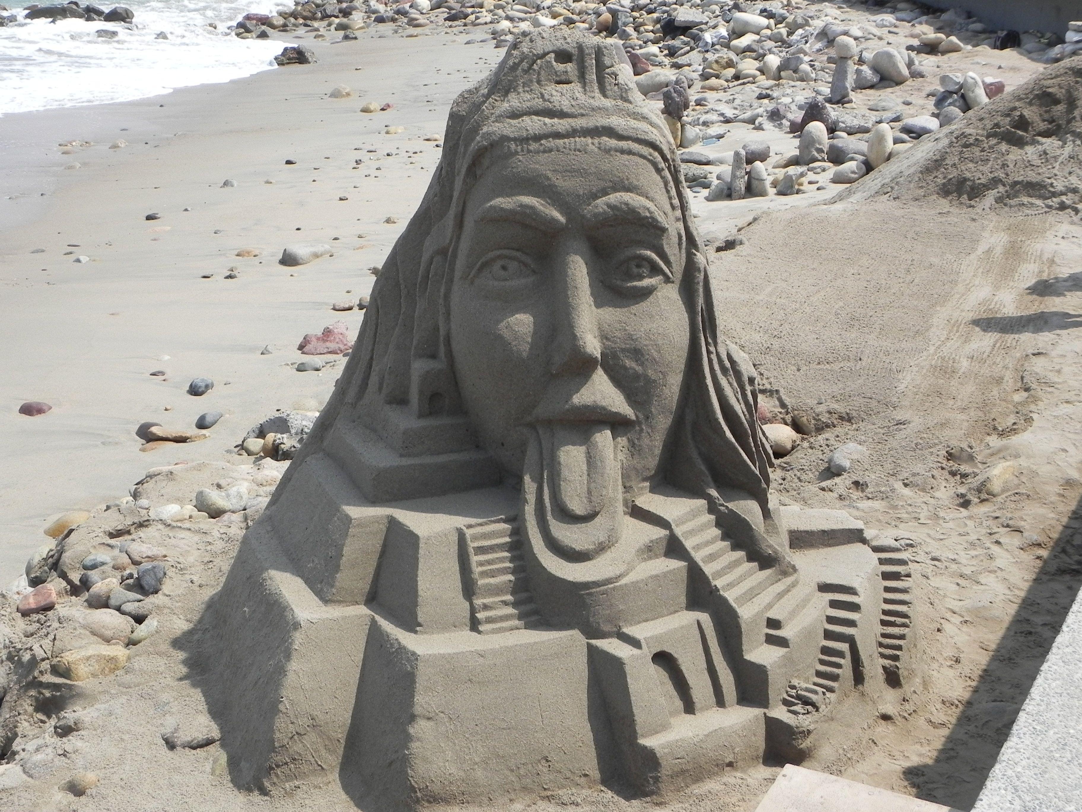 Escultura de arena en la playa