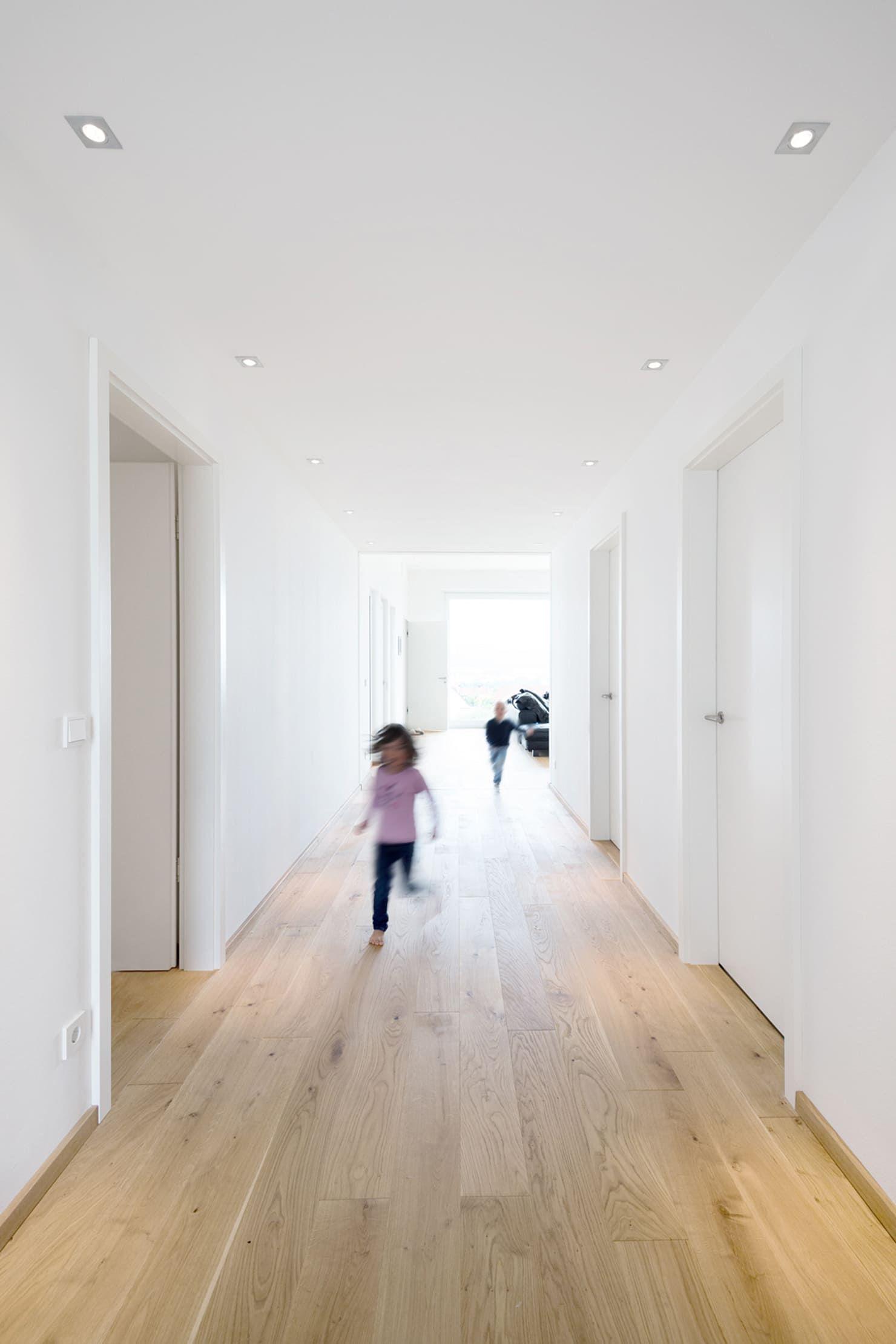 Photo of Hus b moderne gang, planke og trapp av sebastian kolm arkitekturfotografering moderne | homify