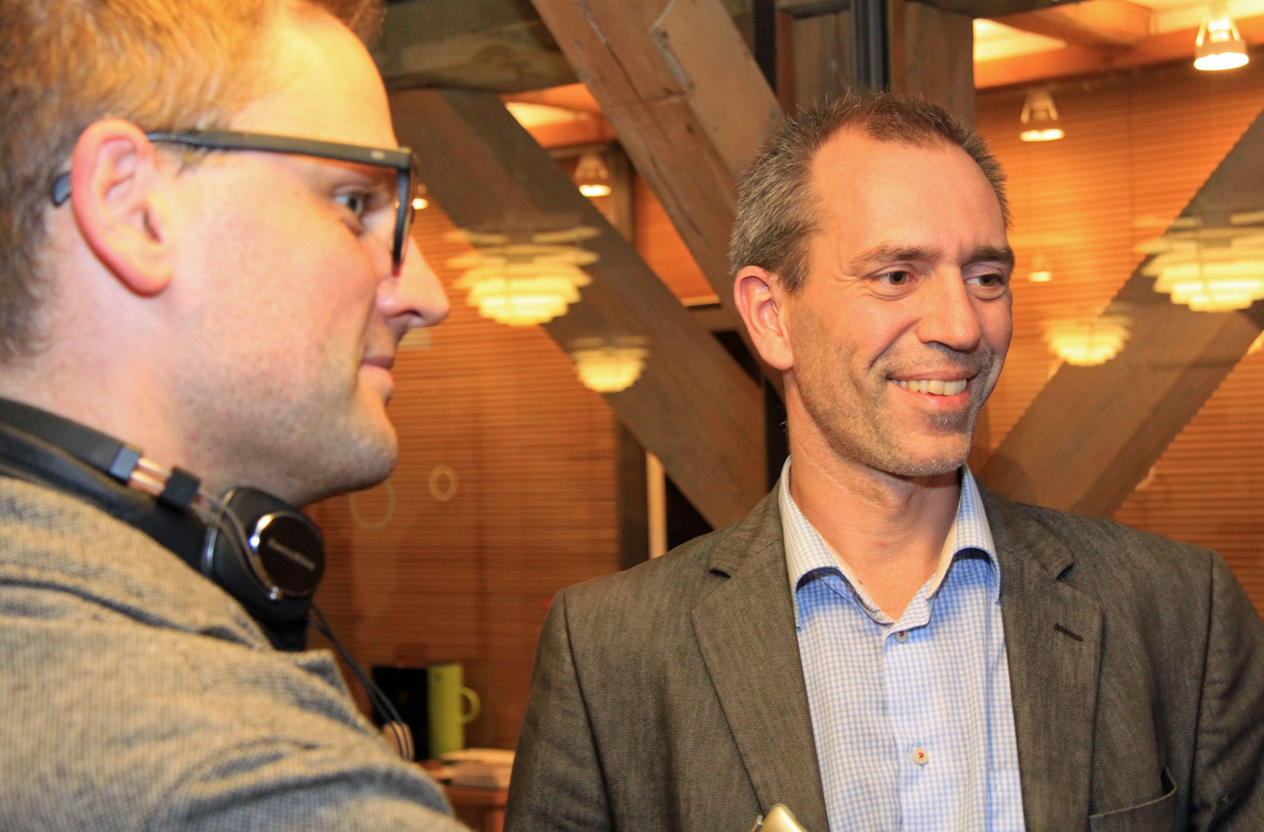 Nikolaj Thyssen fra Information i samtale med DONA-formand Jon Lund.