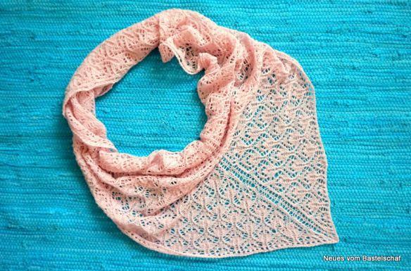 """Kurze, einfache Einführung ins """"Lace-Stricken"""". Da kommen dann tolle Tücher wie das hier bei raus!"""