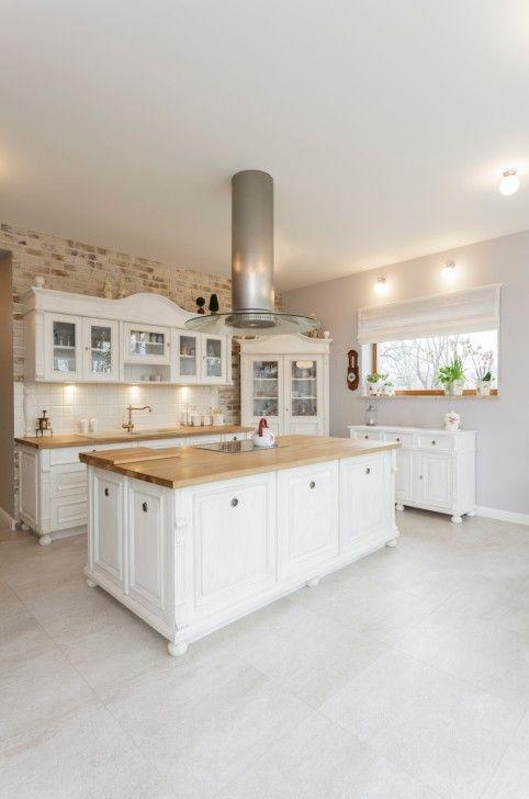 Wunderliche reich verzierte weiße Küche mit großen Insel Haus und