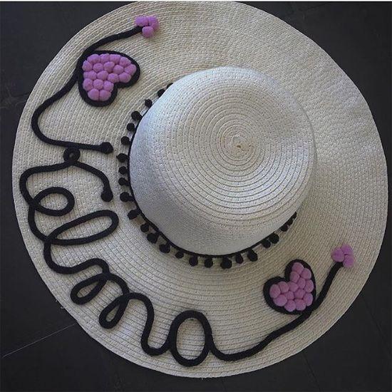 b0f2007759e2f Veja uma seleção de ideias de customização de chapéu de palha. A moda é  usar o chapéu de praia com seu nome personalizado nele. Chapéu customizado  com nome ...