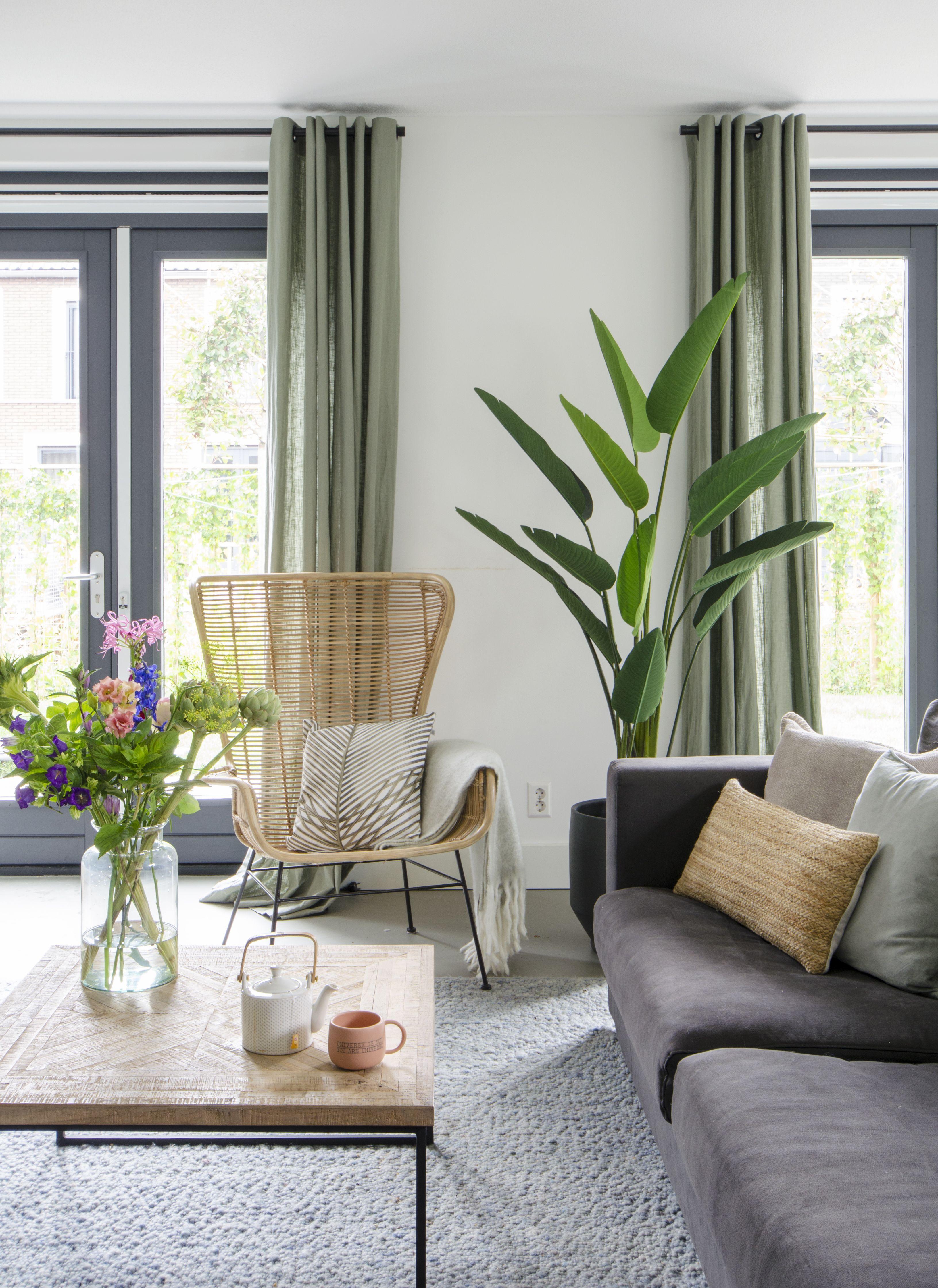 #livingroom #wonen #interiorstyling #interieur #wooninspiratie #pvcvloer #interiordesign #visgraat #pvc | HOME MADE BY_STIJL BINNENKIJKER | TAPIJT | WOONKAMER | INSPIRATIE | SFEERVOL | INTERIEUR TRENDS | TIJDLOOS | STOEL | BANK | TAFELTJES | LAMP | GORDIJNEN | PLANTEN | GROEN #woonkamerinspiratie