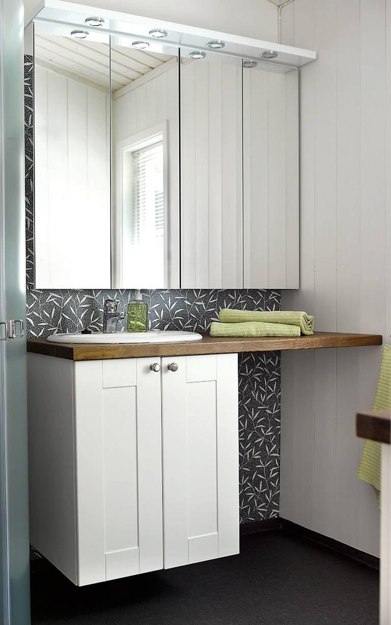 PRAKTISK: Det nye badet i tilbygget mot øst har fått stilig vinyl på vegger og gulv. Vinylen er fra Forbo.