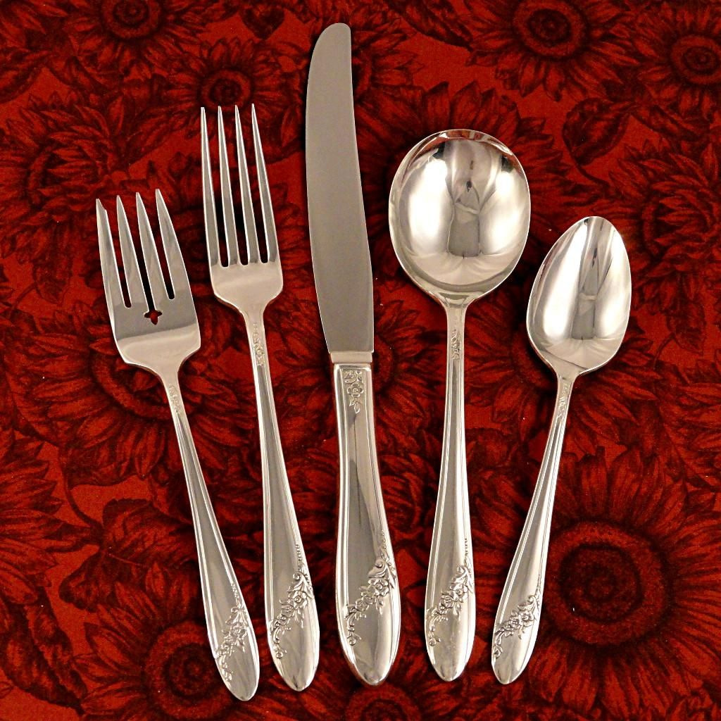 Queen Bess 11 Silver Tudor Plate 1946 By Oneida Includes 7 knives 8 Forks