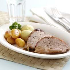 Forloren Hare - traditionel #brunedekartofler Her er en klassisk opskrift på forloren hare til aftensmaden. Denne ret er toppet med sprøde baconskiver og bliver serveret med brunede kartofler og ribsgelé. #brunedekartofler