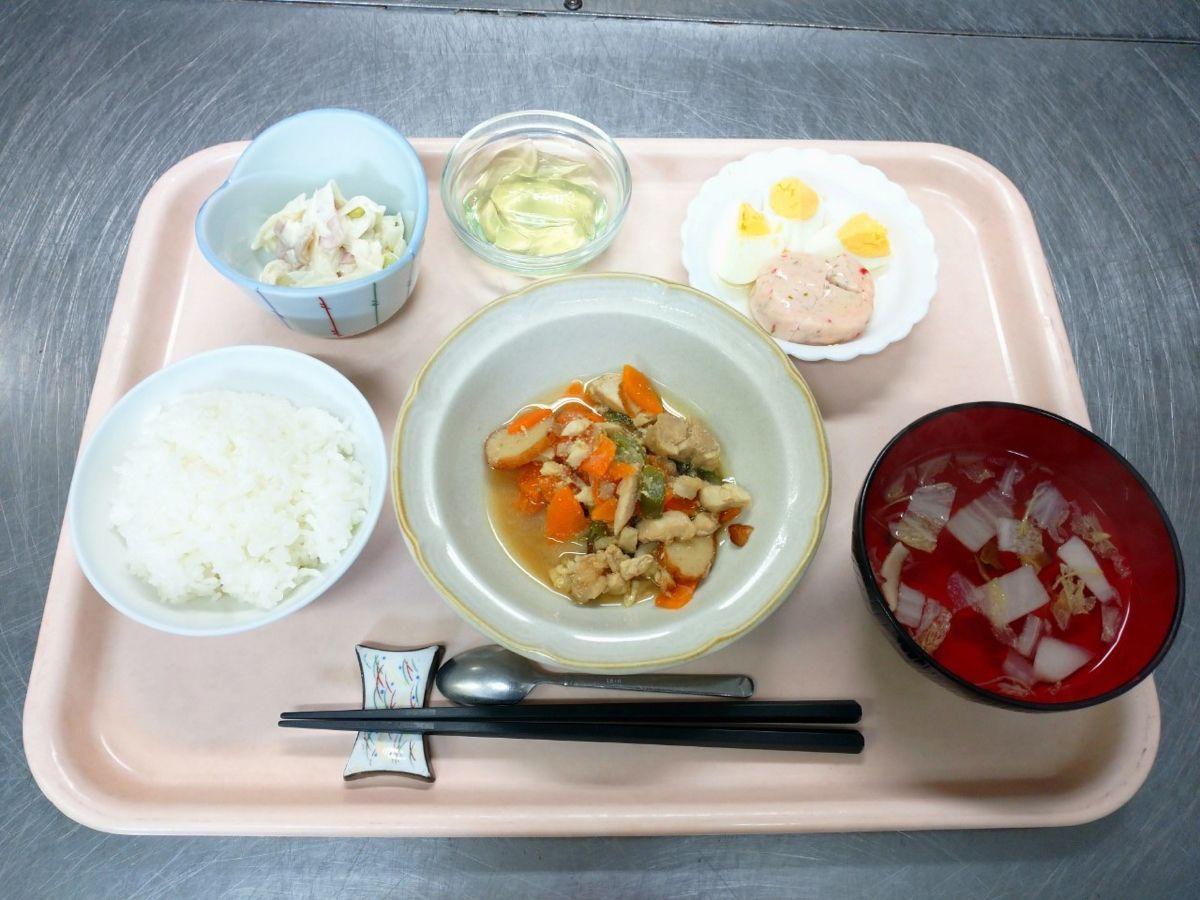 ごはん、すまし汁、鶏肉とさつま揚げの炒め煮、海老入りしんじょう、大根と枝豆のサラダ、青りんごゼリーでした!