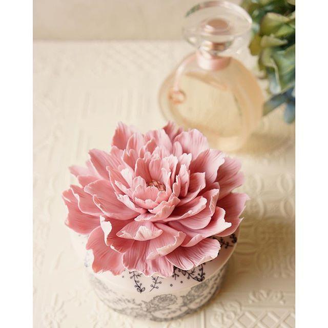Crystal peony jewelly box✨ . 何年か前イベント用に作った芍薬のビジュー付きコサージュを、ブログで見てオーダーして下さいました❤️ . お手持ちの陶器や布、箱などに付けて、世界で1つだけのスペシャルな小物に変身〜♪♪ . . #decoclaycraftacademy #decoclay #claycraftbydeco #clayflower #peony #crystal #jewelrybox #customised #handmade #デコクレイ #芍薬 #ビジュー #ジュエリーボックス #ポーセラーツ #手作り #クレイ #オーダー受付中