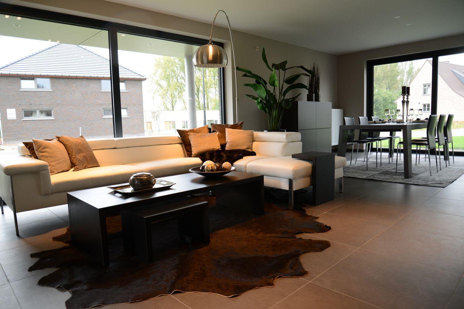 Moderne woonkamer van onze kijkwoning op verkaveling abbeloos in ...
