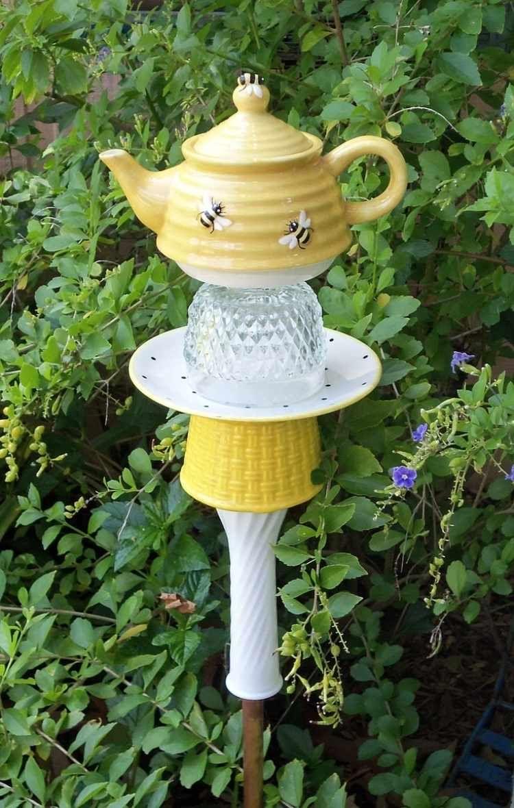 Porzellan Geschirr In Gelb Und Weiß Zum Gartenstecker ... Gartenstecker Basteln Ideen Gartendeko