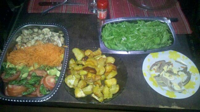 batatas fritas, ensalada de rucula y ensalada de zanahoria rallada, hongos, tomate y albahaca