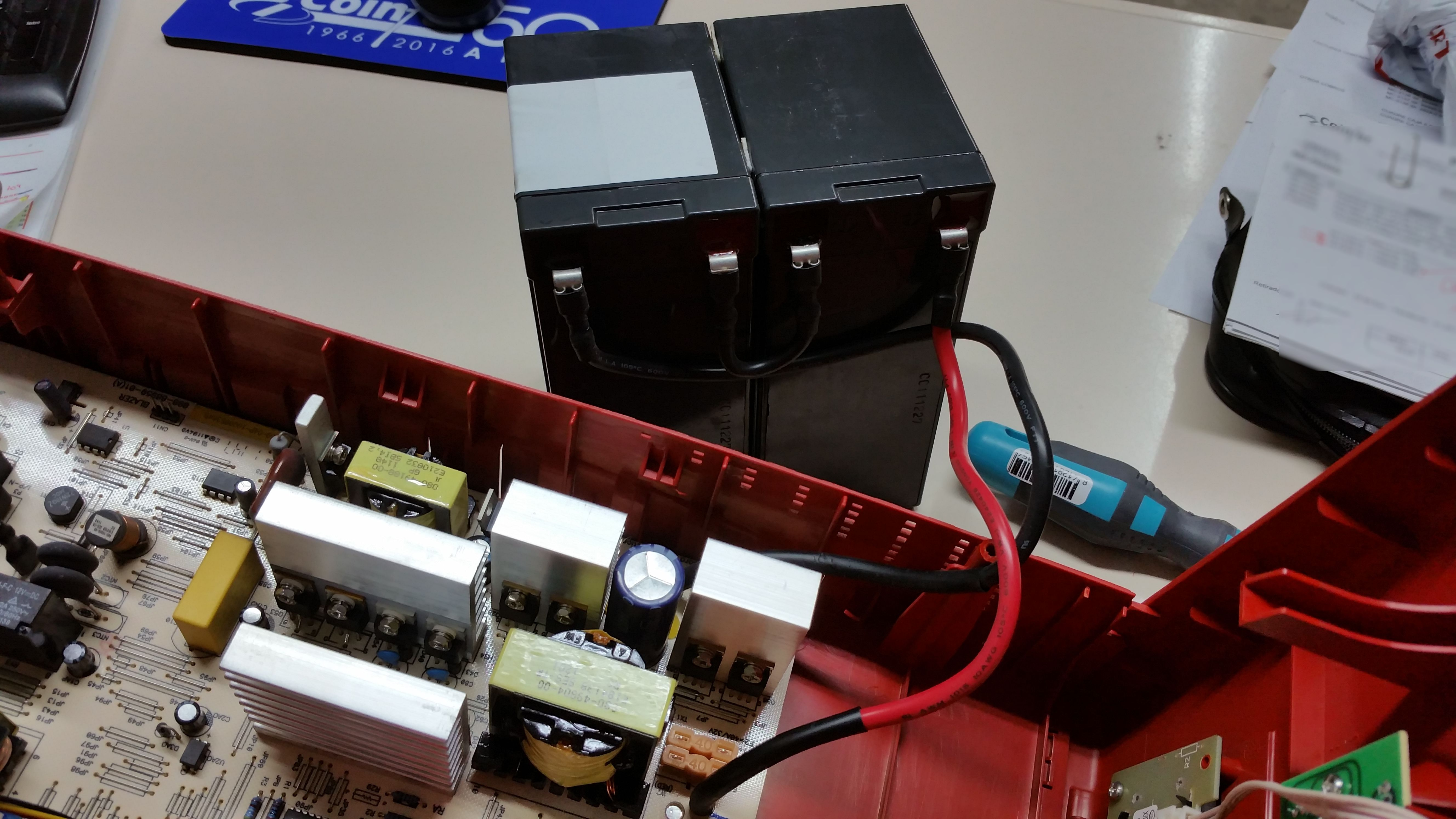 Vista interior de un SAI de informática. Usa dos baterías de plomo ácido de 12V y 7Ah.