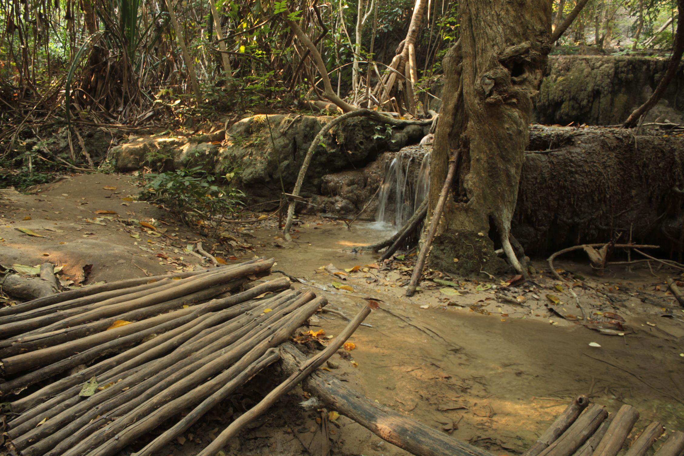 Puente destrozado en el sexto nivel de las cascadas