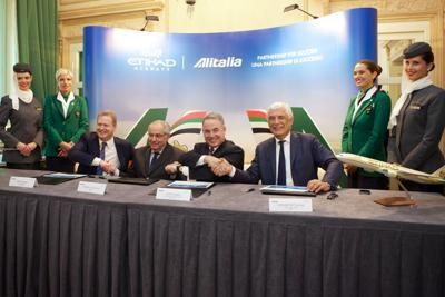 """Alitalia, firmato l'accordo con Etihad. Del Torchio: """"ora navigazione sicura"""". Hogan: """"cogliamo compagnia più sexy"""""""
