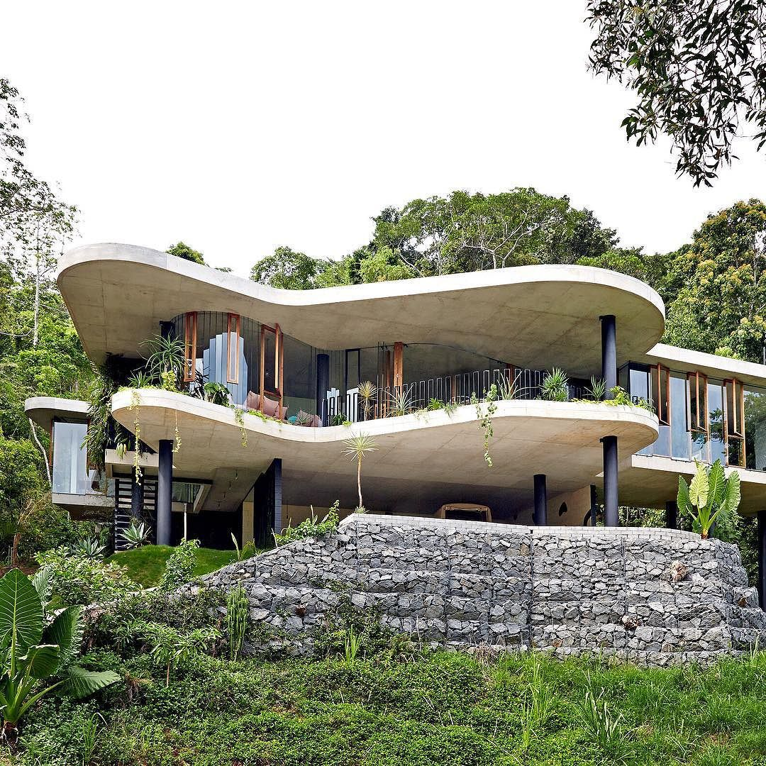 www.littlerugshop.com There was ONE particular home we featured in 2015 that had everyone GOBSMACKED. The incredible Cairns home of architect @jessebennettarchitect and his interior designer wife Anne-Marie Campagnolo was without a doubt the most popular home of the year. Perched amongst lush foliage with impressive views across the treetops this home must be seen to be believed! Revisit on TDF today  link in profile  by @seanfennessy. by thedesignfiles