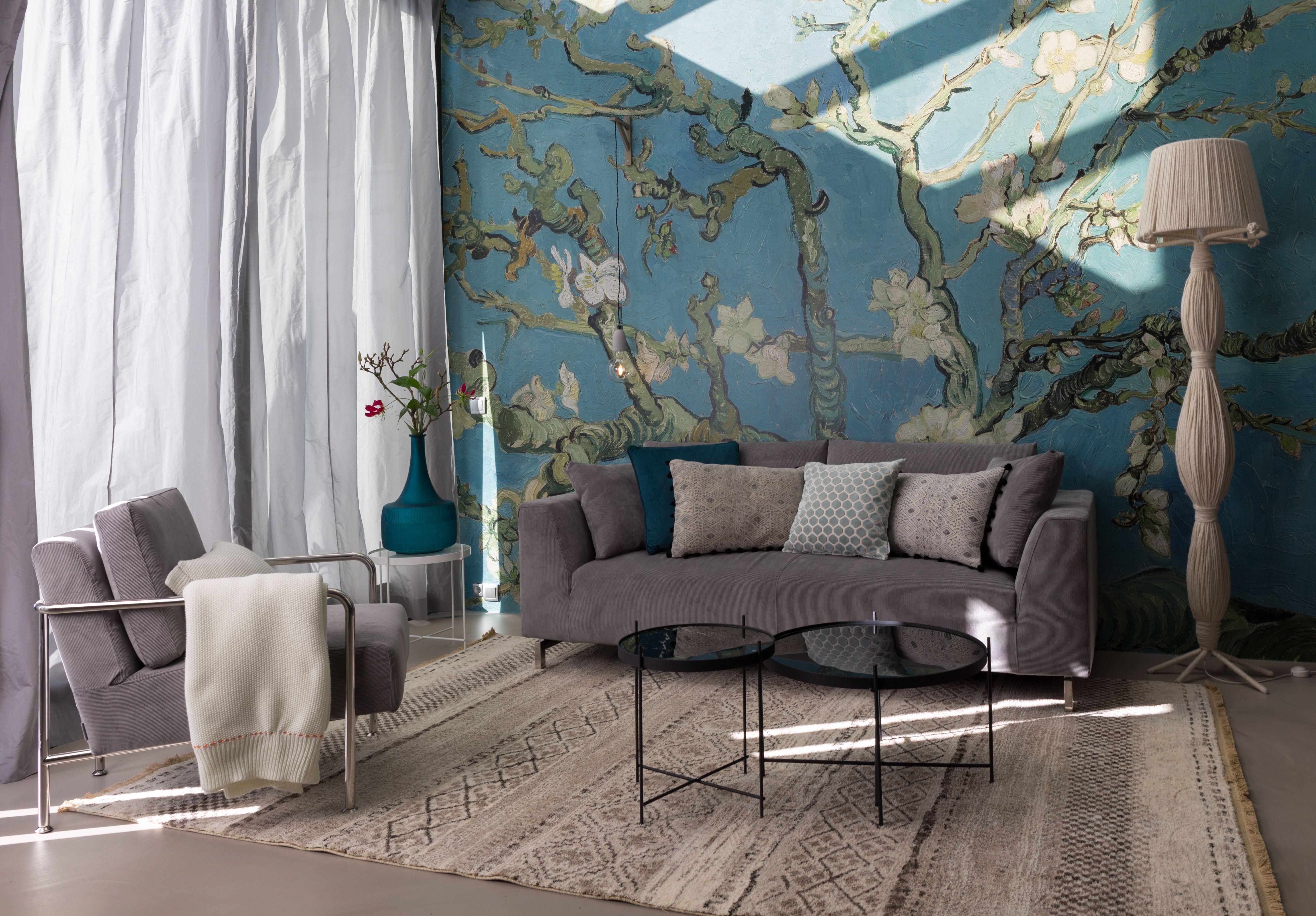 très beau salon avec mur peint et meubles gris et naturel pour s ...