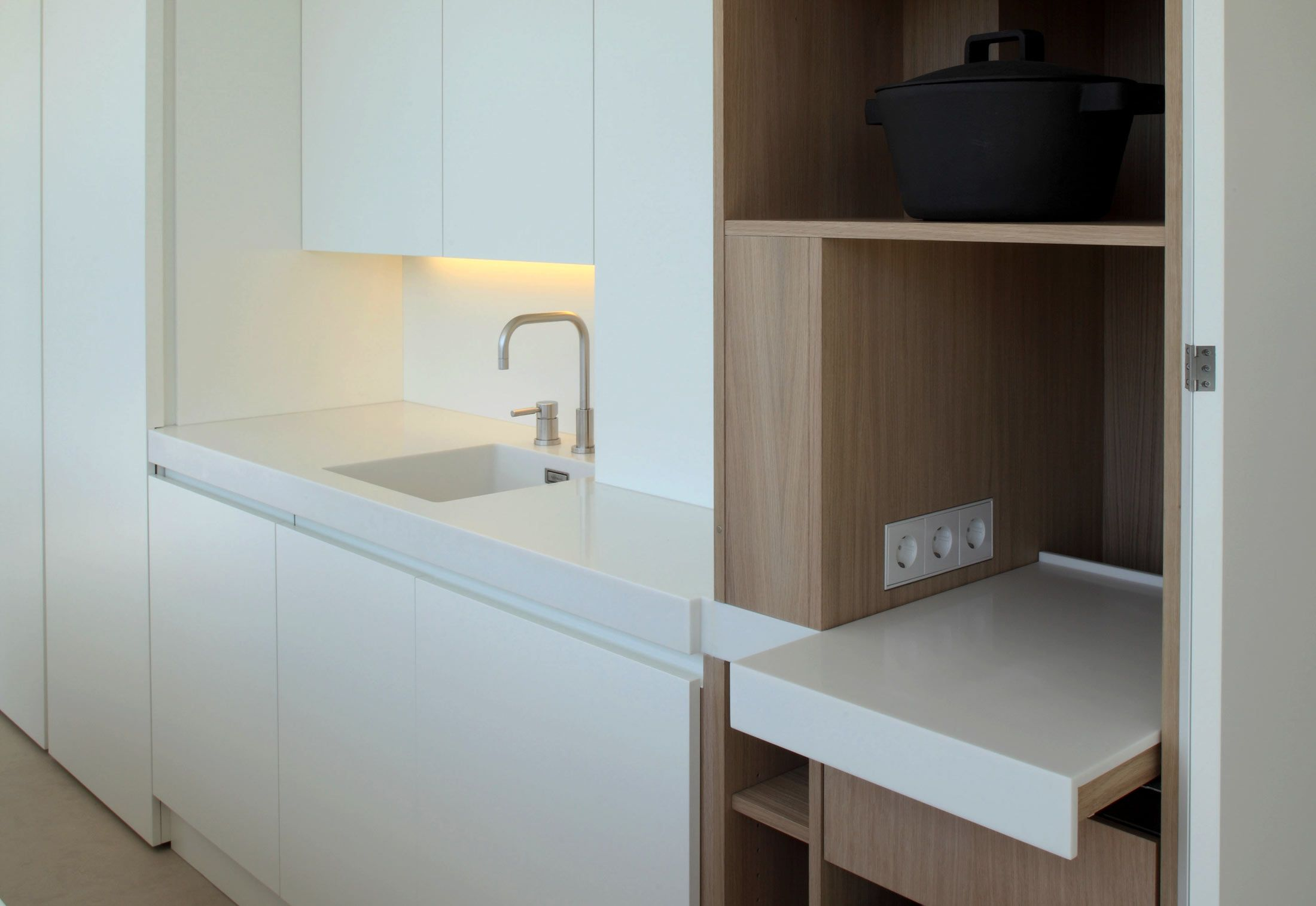 Retractable Shelves Inside This Holzrausch Designed Kitchen Kuhnya Podsobnoe Pomeshenie