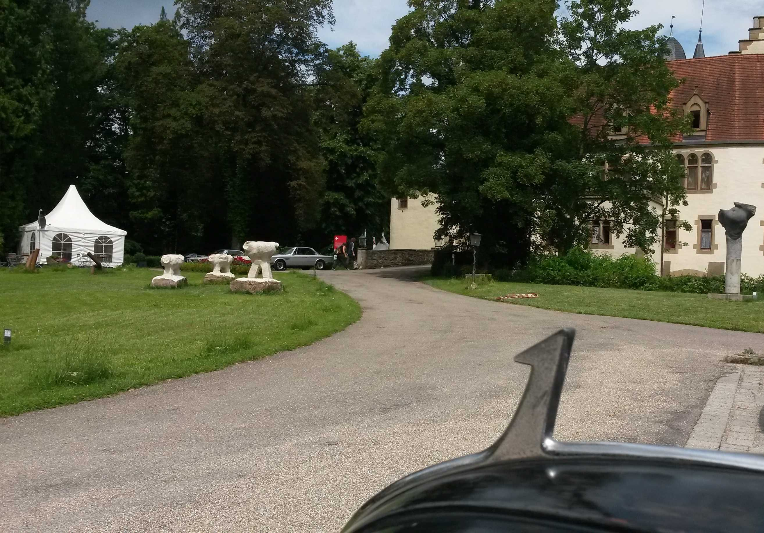 Classic-Car-Tours.de Audi 920 vor dem Schloss Götzenburg