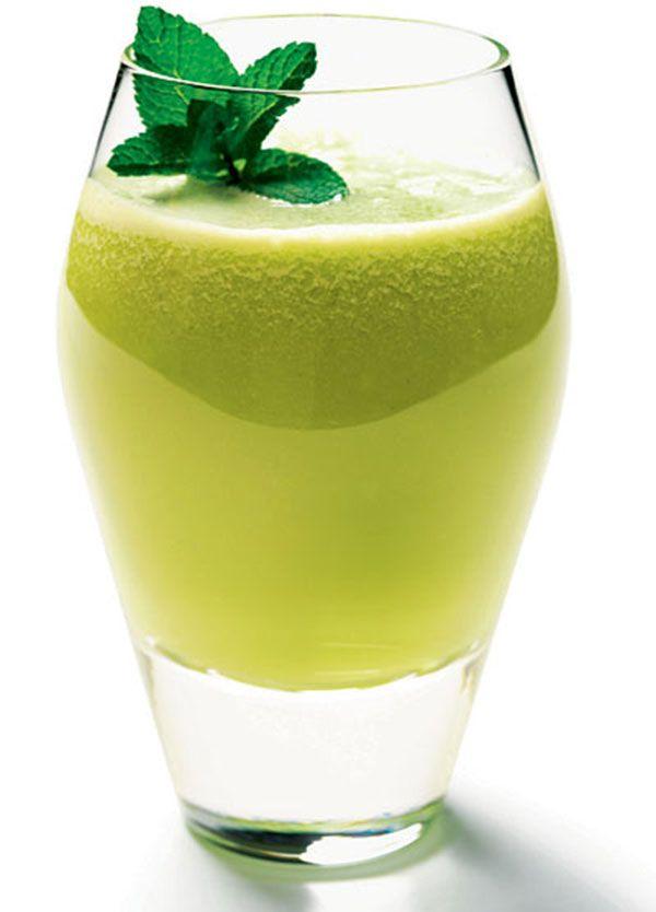 sucos - couve: 1 talo de hortelã, Suco de 1 limão, 1 talo de couve e ½ copo de água