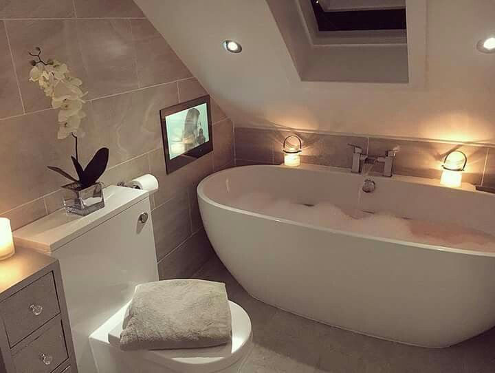 Bad Badewanne | Kleine Bäder mit Dachschräge | Badezimmer grau weiß ...