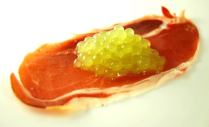 Melon Cantaloup Caviar - Voir dans coupelle jambon    Pour faire le jus de cantaloup simplement coupé le melon en carrés, mélanger, puis passer à travers une passoire fine.