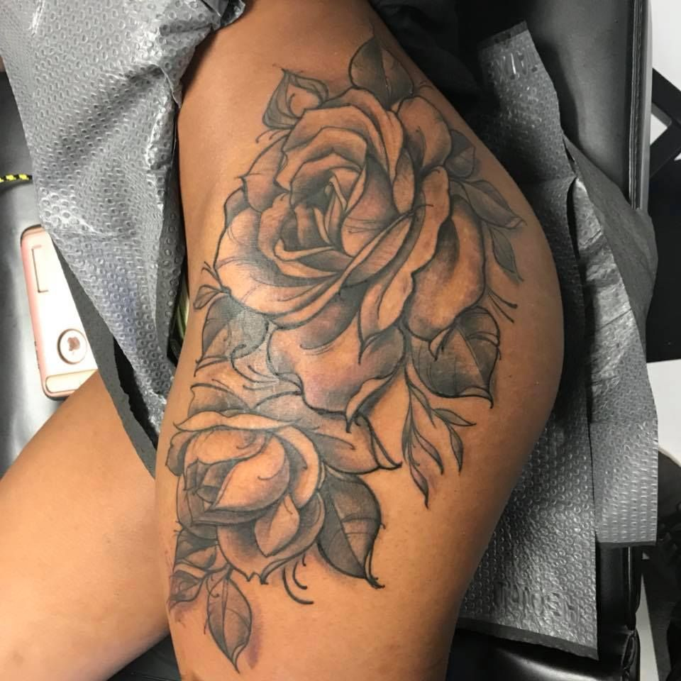 black and grey roses thigh tattoo by charlie baker tattoos piercings pinterest tatouages. Black Bedroom Furniture Sets. Home Design Ideas