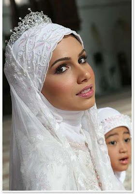 Tiara Headpiece for Muslim Wedding Dresses - http://casualweddingdresses.net/muslim-wedding-dresses-for-beautiful-islamic-brides/