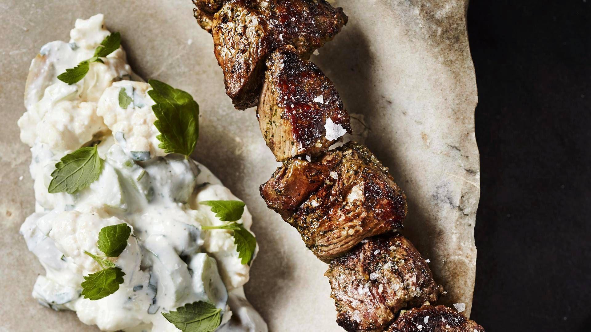 Tämä kreikkalaistyylinen salaatti sopii esimerkiksi grillattujen karitsavartaiden eli karitsasouvlakien lisäkkeeksi.