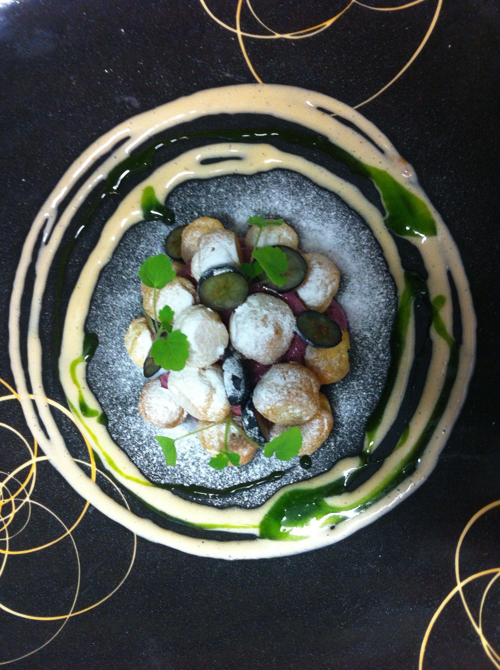 """""""Petit croquembouche"""" met blauwe bessen, dragon en koude sabayon van kriekenbier"""