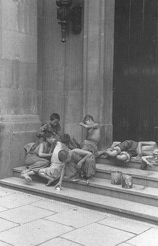 The homeless kids.  在银行台阶上玩的流浪儿
