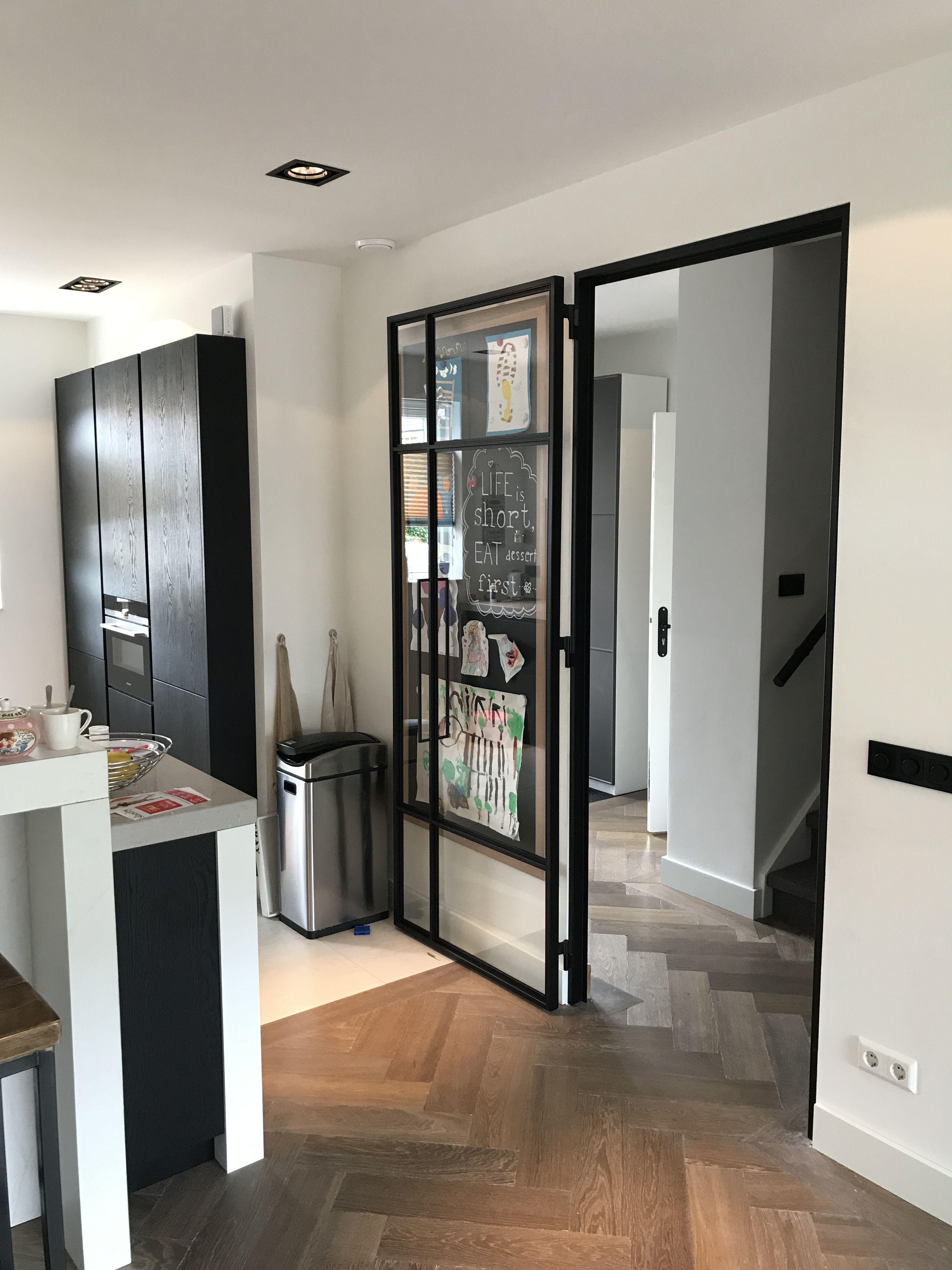 Super Stalen kozijn houten vloer visgraat zwarte keuken | Interieur in #ZS81