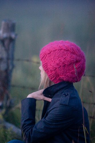 Simple cabled hat using bulky yarn. Quick knit! Free pattern on ...