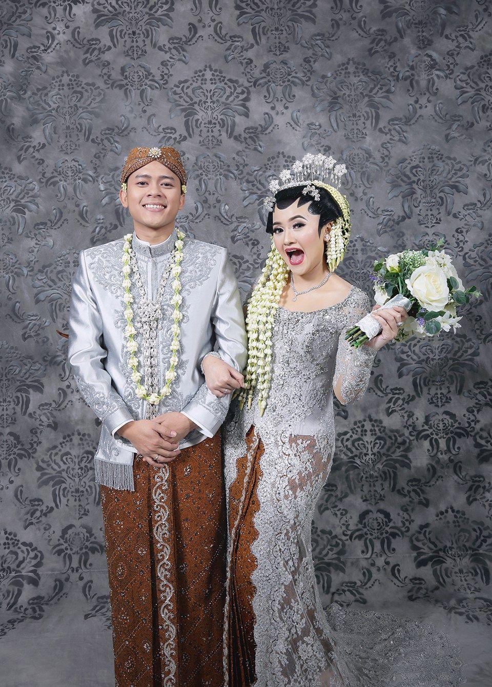 Modern Javanese Wedding Of Alyssa And Heru At Sasana Kriya Foto Perkawinan Gaun Pengantin Sederhana Foto Pengantin