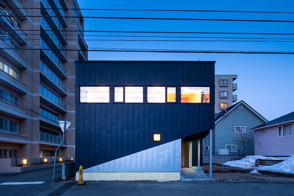 斜めラインがポーチへ連続する道路側ファサード Slash 富谷洋介建築設計 北海道札幌の設計事務所 建築家 設計コンペ