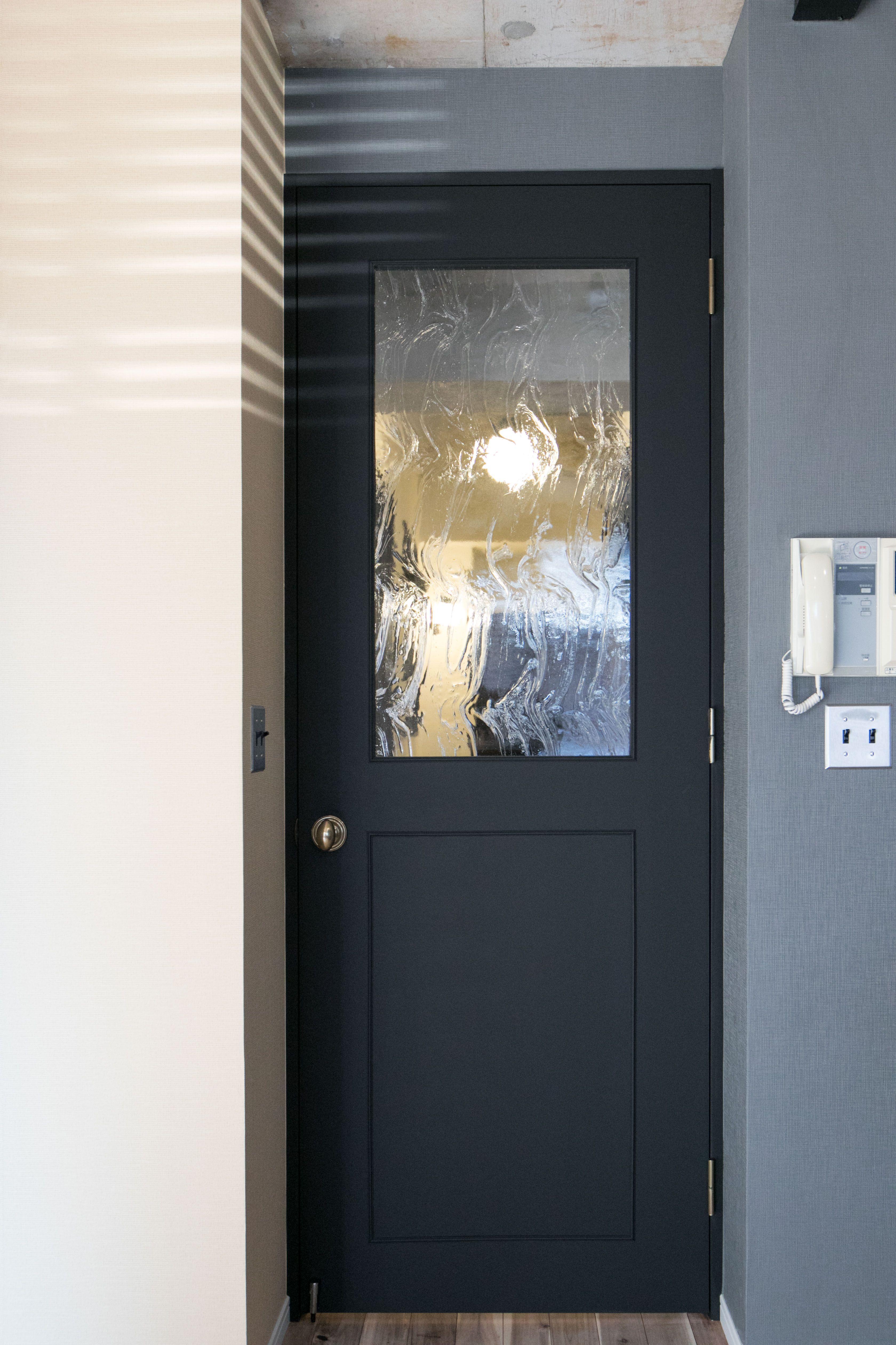 扉は黒でシックに カッコいい印象に 黒い扉 黒 扉 リノベーション