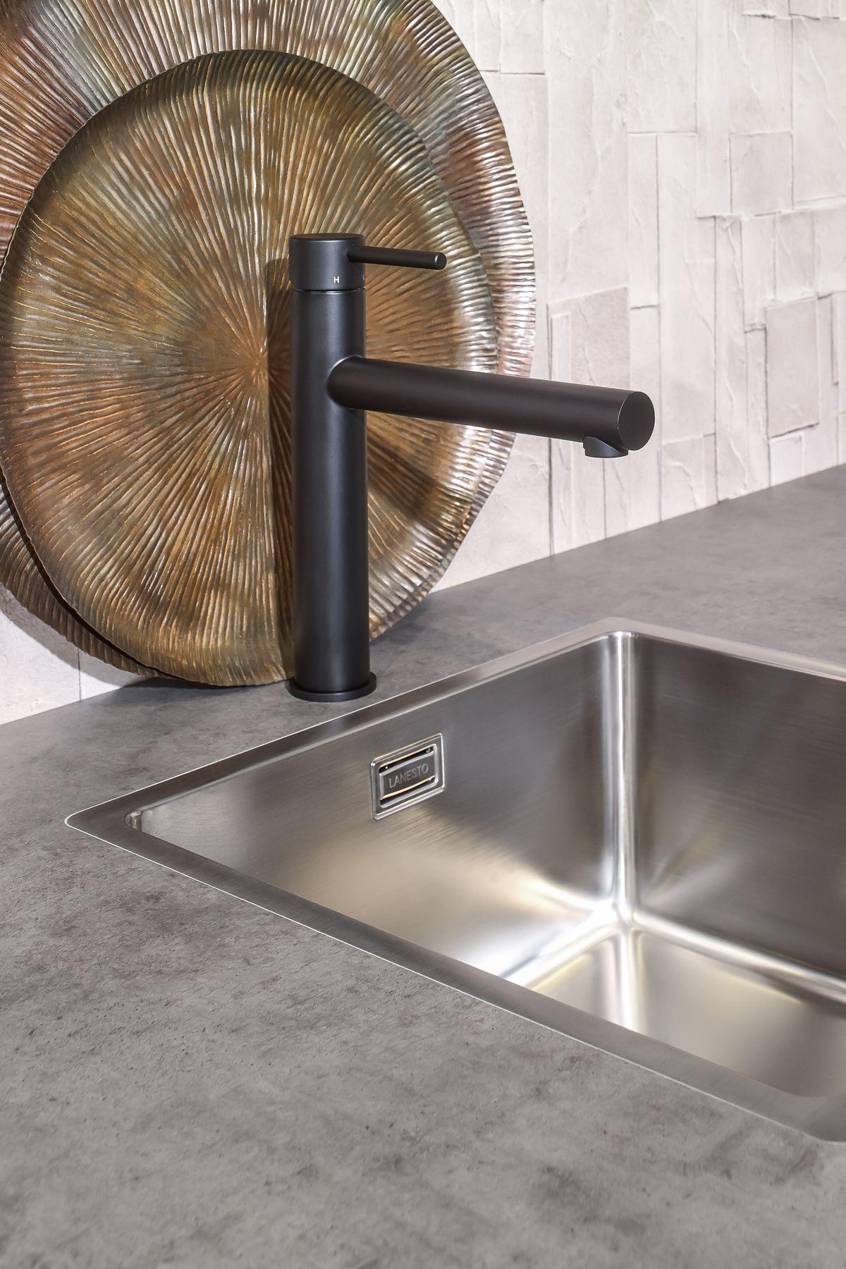 Genoeg Zwarte keukenkraan bij betonlook werkblad en RVS spoelbak. Perfect &MD53