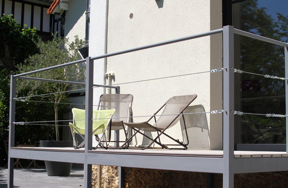 Plusieurs terrasses aménagées dans un jardin par le ...