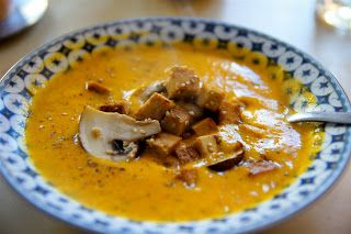 Kürbissuppe mit Champignon-Tofu-Sesam-Topping