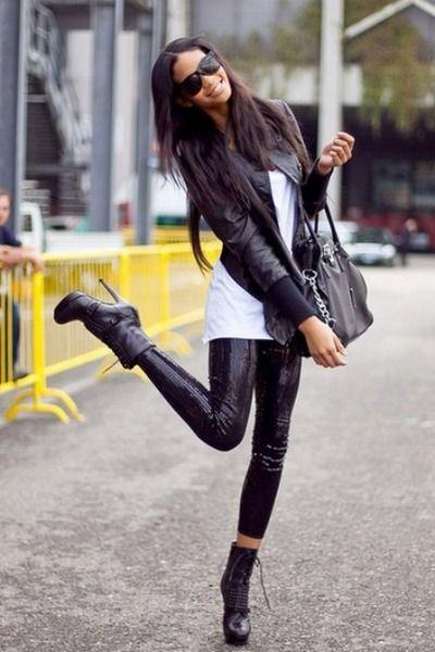 0fb0f3ea37 cazadora de piel negra + t-shirt blanca + leggins negros + botines ...