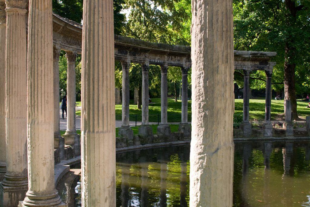 Les Colonnes de la naumachie . Parc Monceau. Paris 8ème