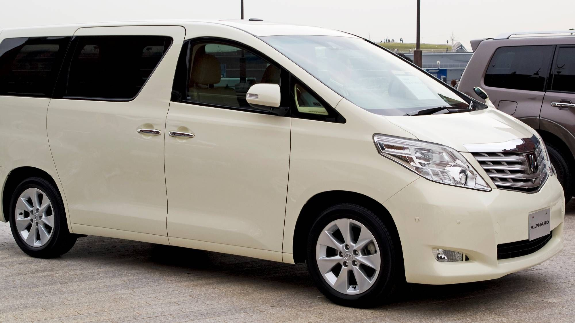 The 2020 Toyota Alphard Will Get A Facelift According To The Most Recent Reports This Minivan Is Extremely Popular In Japan An Toyota Alphard Toyota Mini Van