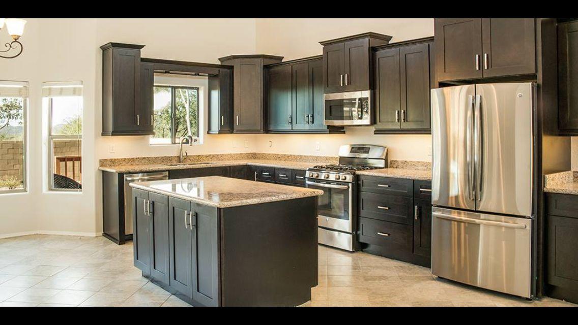 Gabinetes negros con piedra, piso y paredes gris claro | Hogar ...