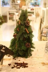 Diy Smukt Juletrae Med Gran Juledekoration Med Billeder Juledekorationer Udendors Julepynt Juletrae