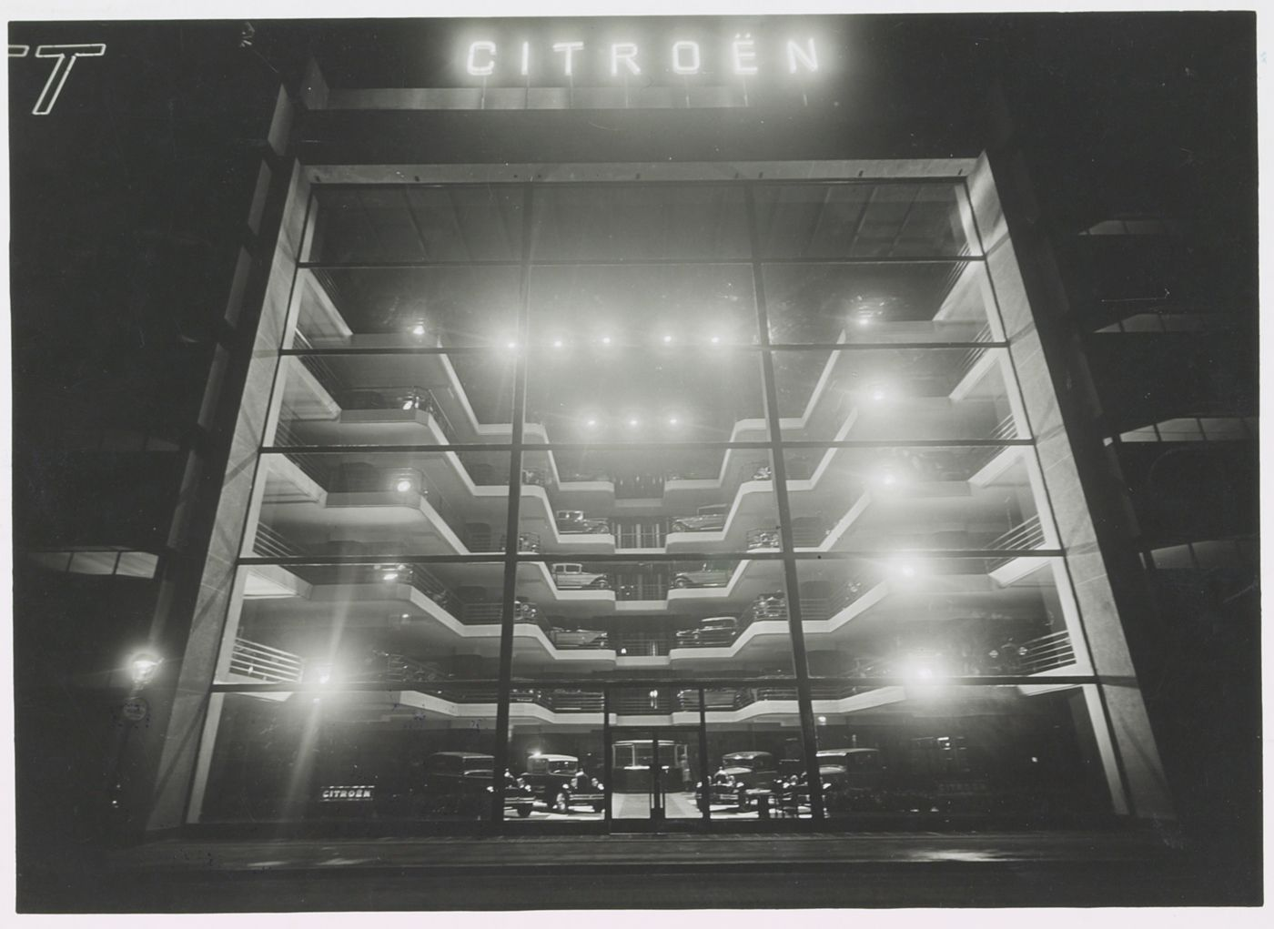 Original citroen showroom in paris garage marbeuf for Garage citroen paris