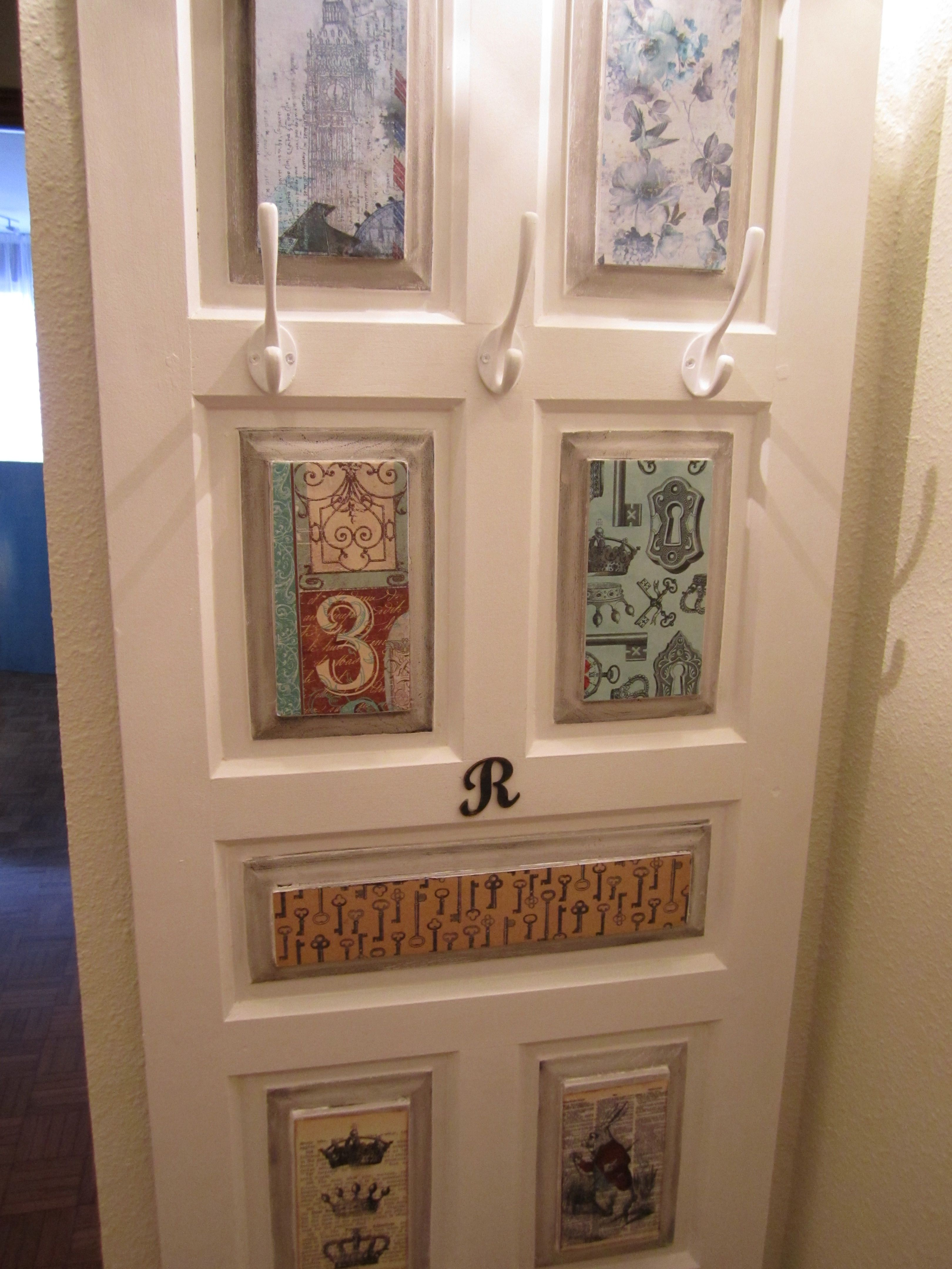 Vieja puerta recuperada como perchero puertas cuartillos for Puertas pintadas originales
